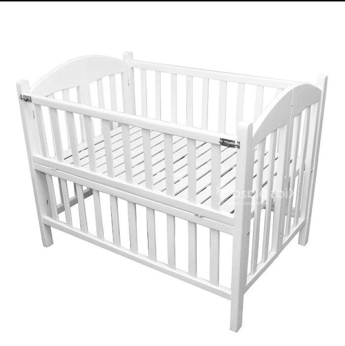 Cũi dành cho bé sơ sinh làm bằng gỗ màu trắng