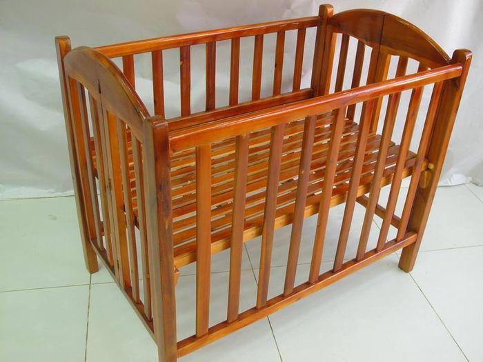 Cũi dành cho bé sơ sinh làm bằng gỗ màu cánh gián