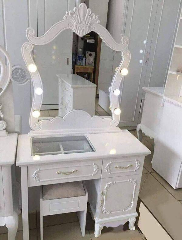 Bàn ghế trang điểm tân cổ điển Mẫu màu trắng, có 3 ngăn kéo, có gắn đèn